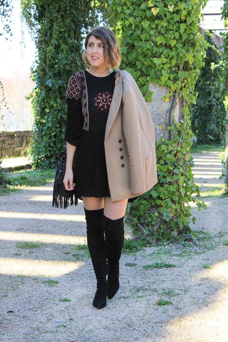 vestido-estilo-boho-negro-americana-camel-botas-altas-blog-moda-vigo-galicia
