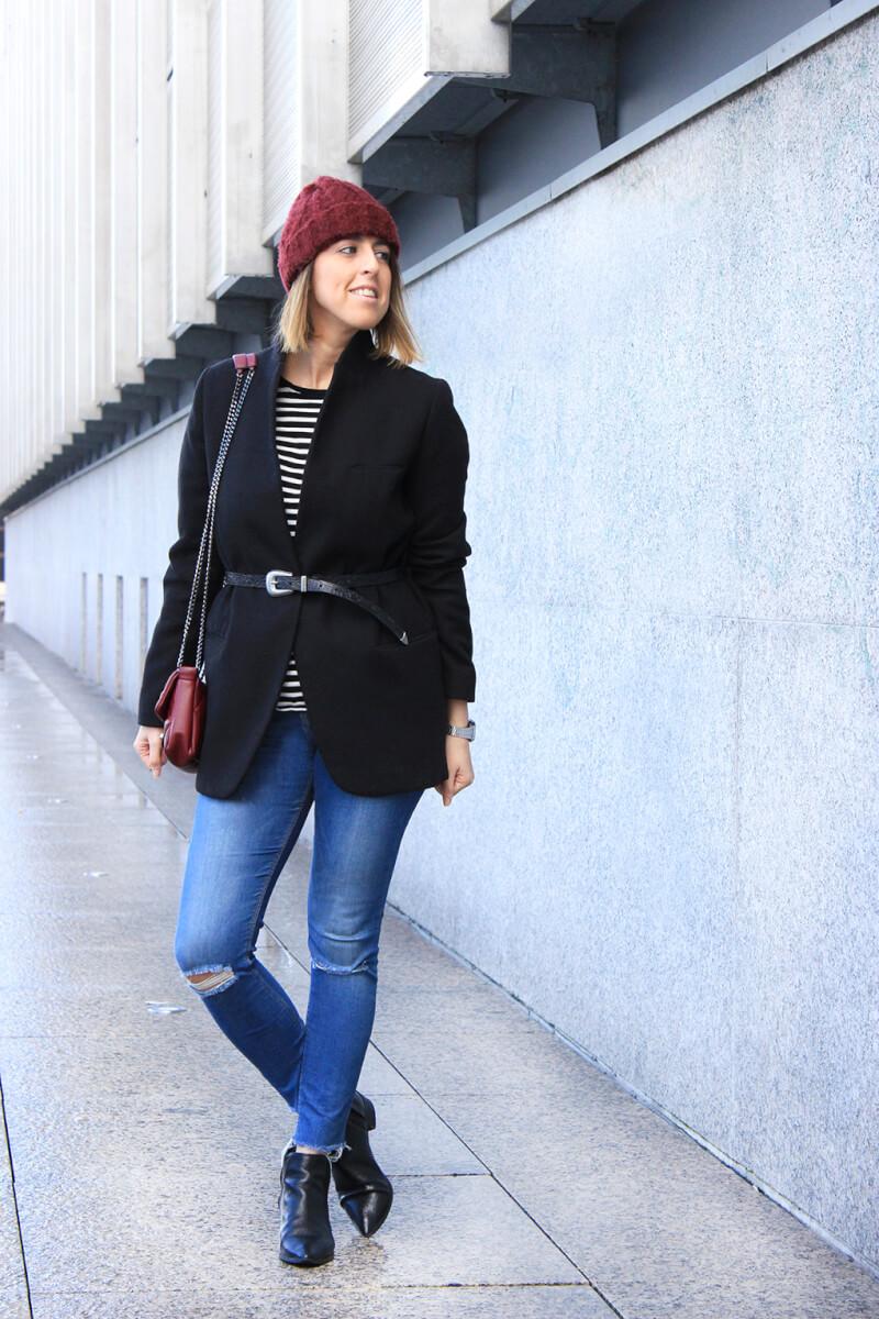 blog-moda-tendencias-gorro-granate-cinto-sobre-americana-rayas-vaqueros-rotos-botines