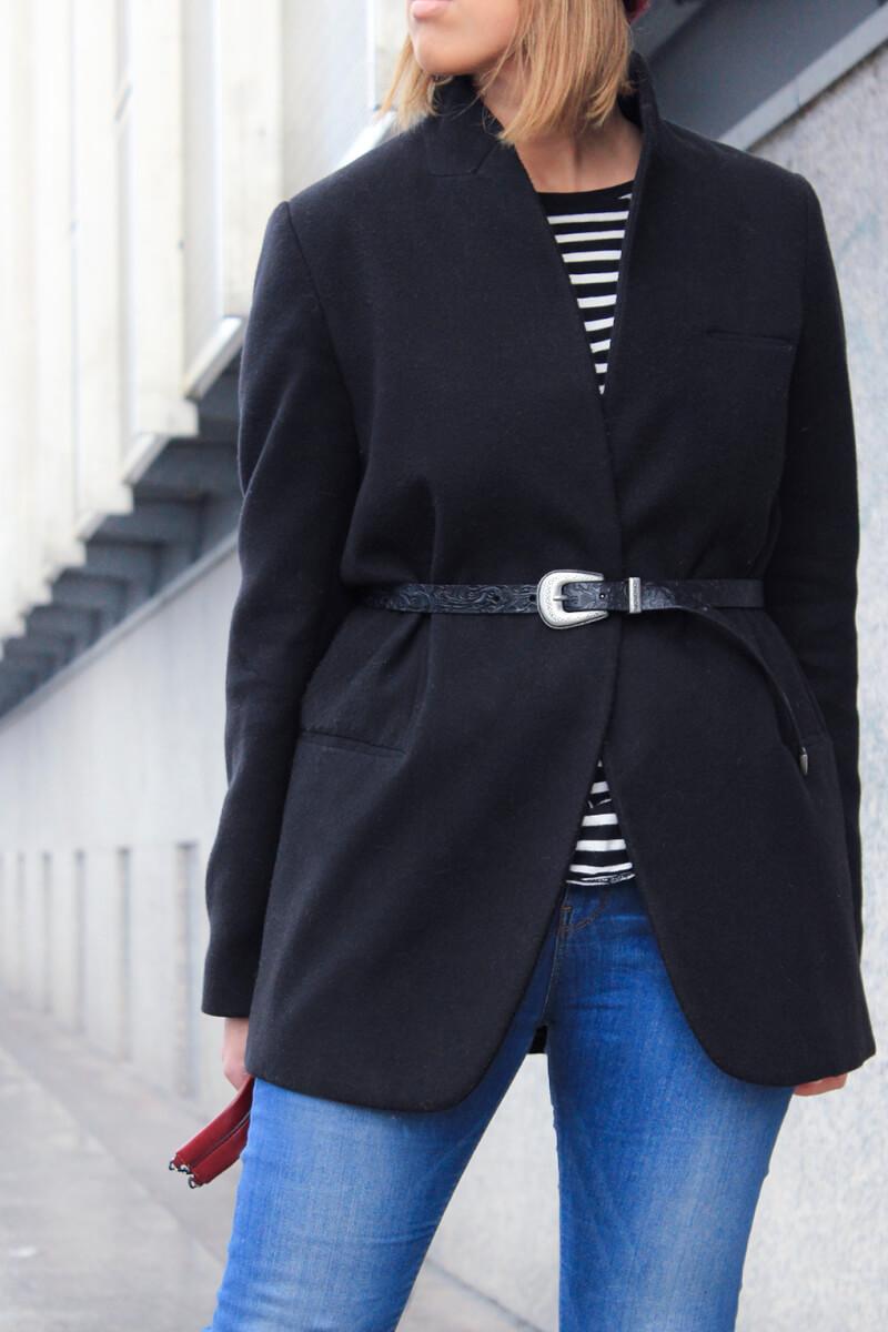 cinto-anudado-sobre-chaqueta-blazer-negra-zara-cinto-hebilla