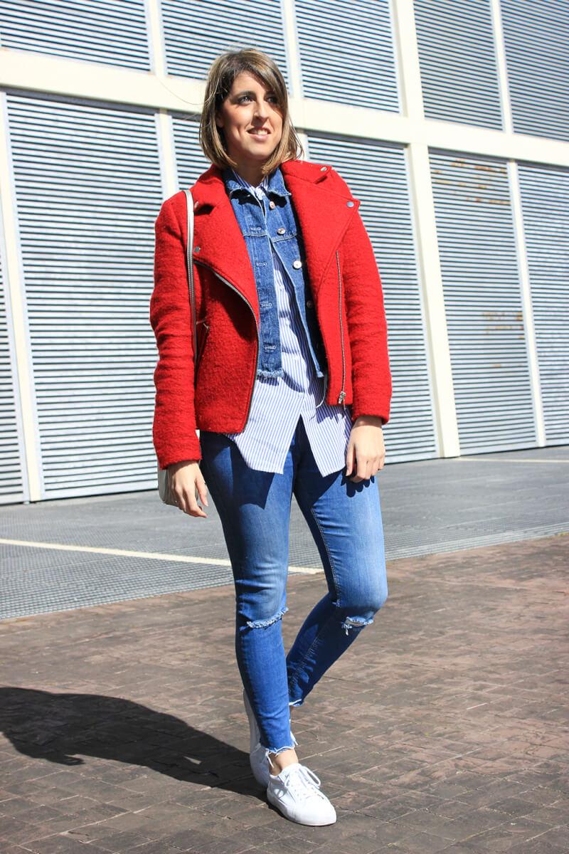 look-chaqueta-perfecto-roja-capas-cazadora-denim-camisa-rayas-larga-jeans-rotos