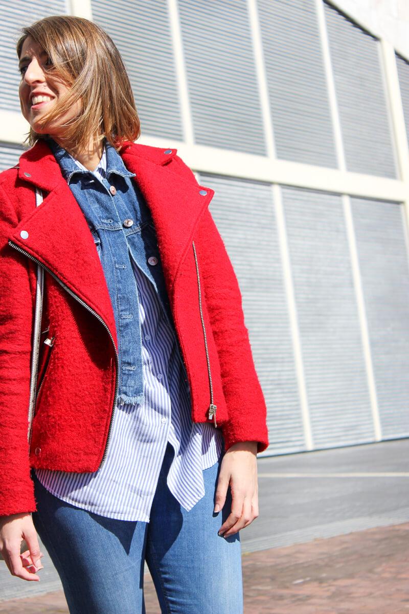 look-con-capas-chaqueta-perfecto-roja-cazadora-vaquera-camisa-rayas