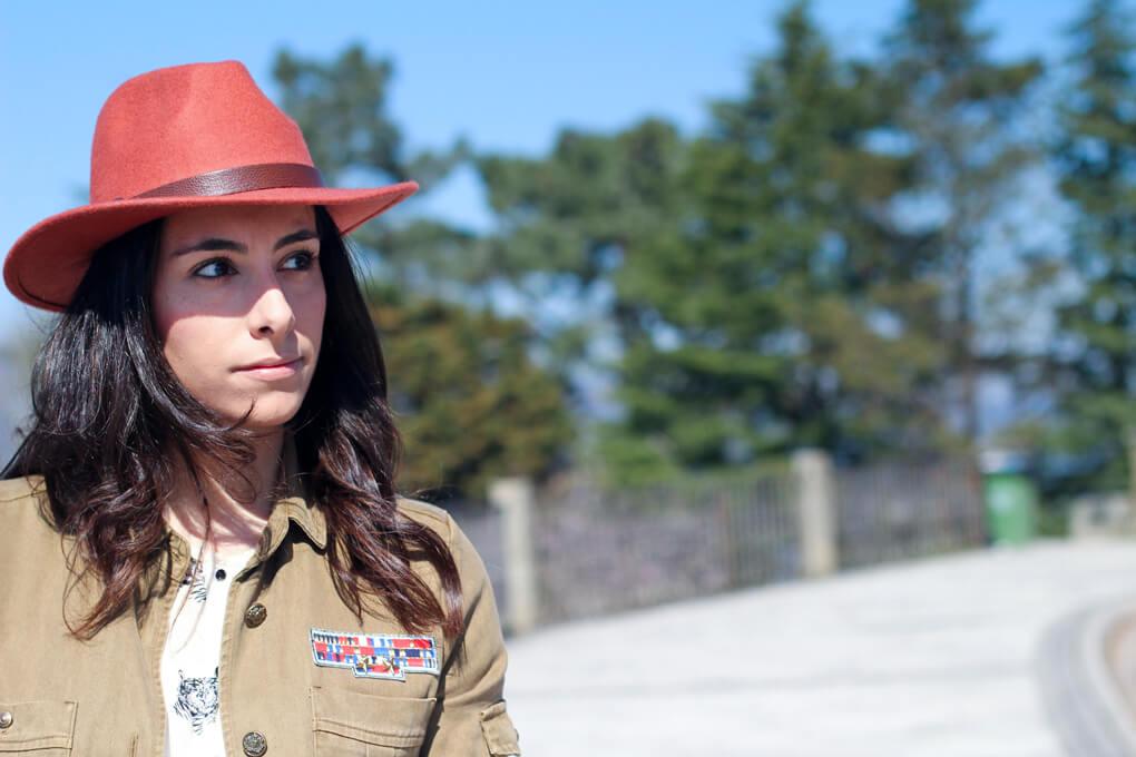 look-con-sombrero-ala-sobrecamisa-militar