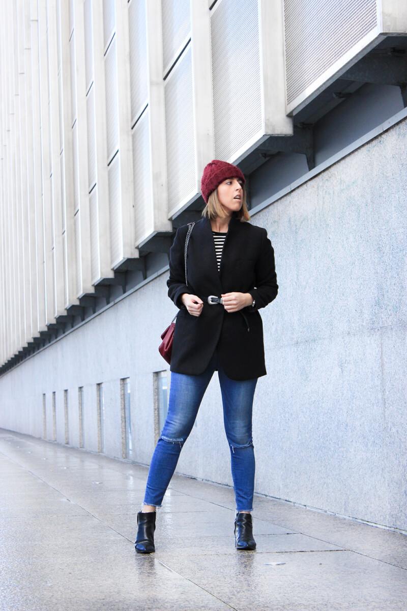 siemprehayalgoqueponerse-blog-moda-galicia-vigo-cinto-sobre-chaqueta-anudado-gorro-bolso-granate-acolchado