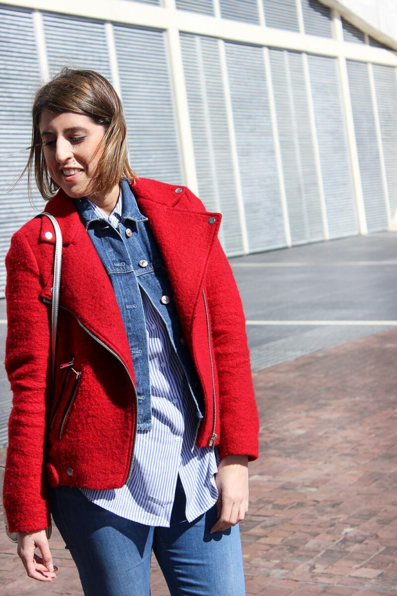 sonrisa-como -combinar-chaqueta-perfecto-roja-stradivarius-cazadora-denim