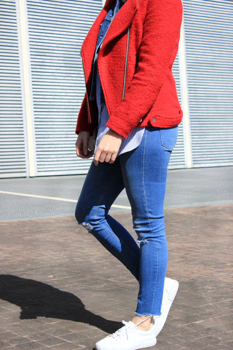 tenis-blancos-ripped-jeans-chaqueta-perfecto-roja
