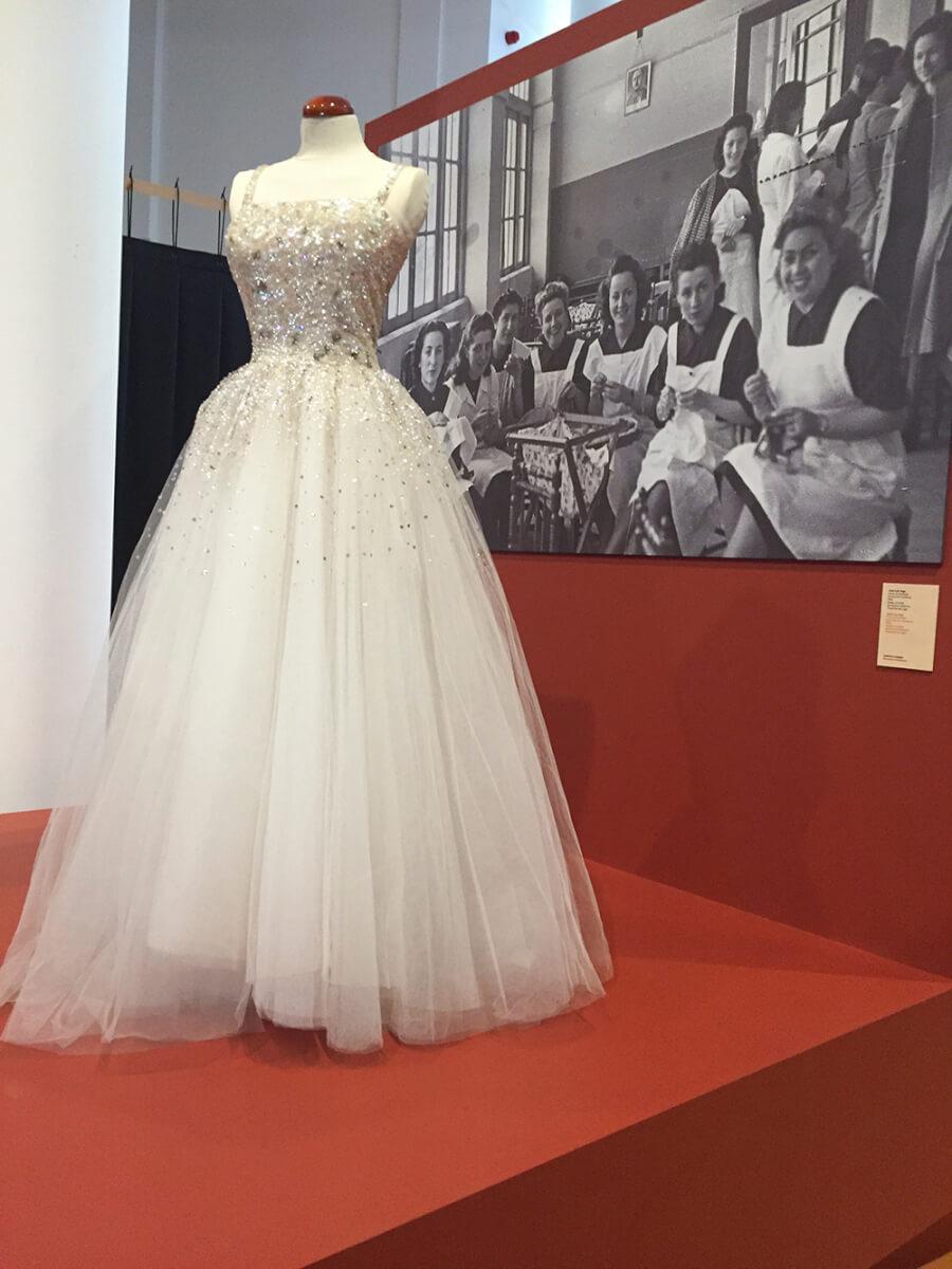 vestido-blanco-joya-exposicion-con-fio-galicia-siemprehayalgoqueponerse