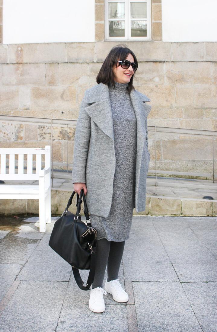 abrigo-gris-maxi-vestido-punto-deportivas-blancas-total-look-mango-moda-en-vigo