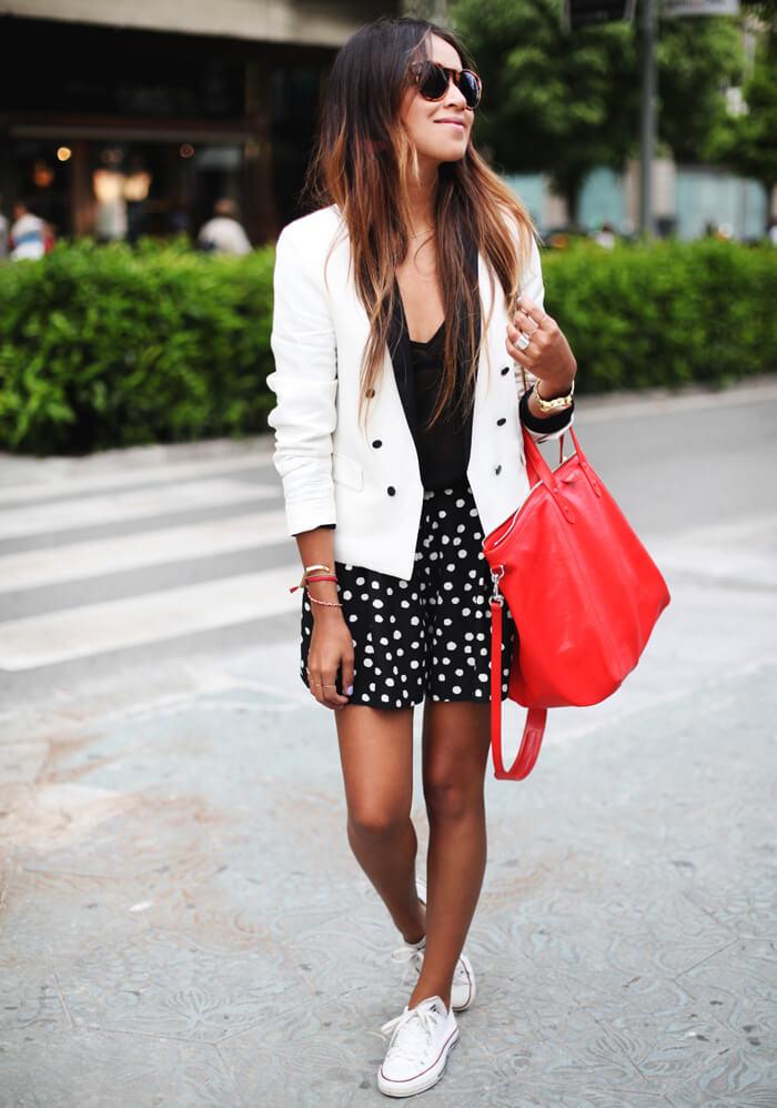 blazer-blanca-estilo-esmoquin-minifalda-nefra-deportivas-blancas-bolso-rojo-get-the-look-sincerely-jules-siemprehayalgoqueponerse