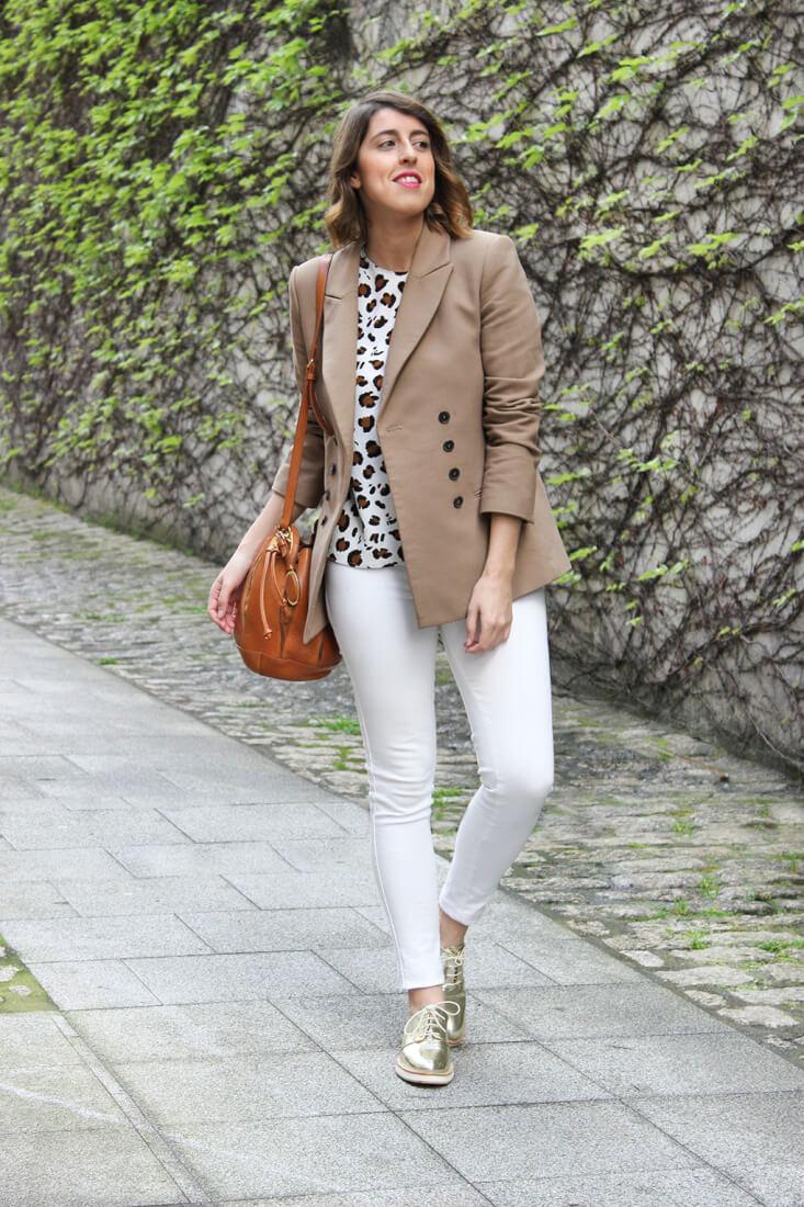 blazer-camel-blusa-animal-print-pantalones-blancos-oxford-dorados