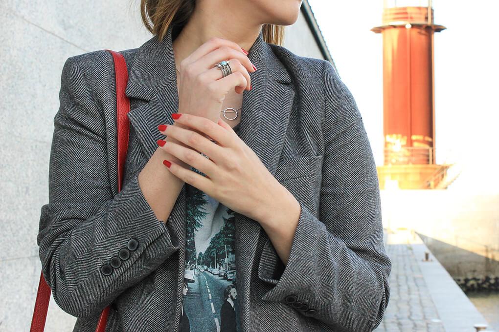 blazer-gris-collar-anillo-hym-joya-siemprehayalgoqueponerse