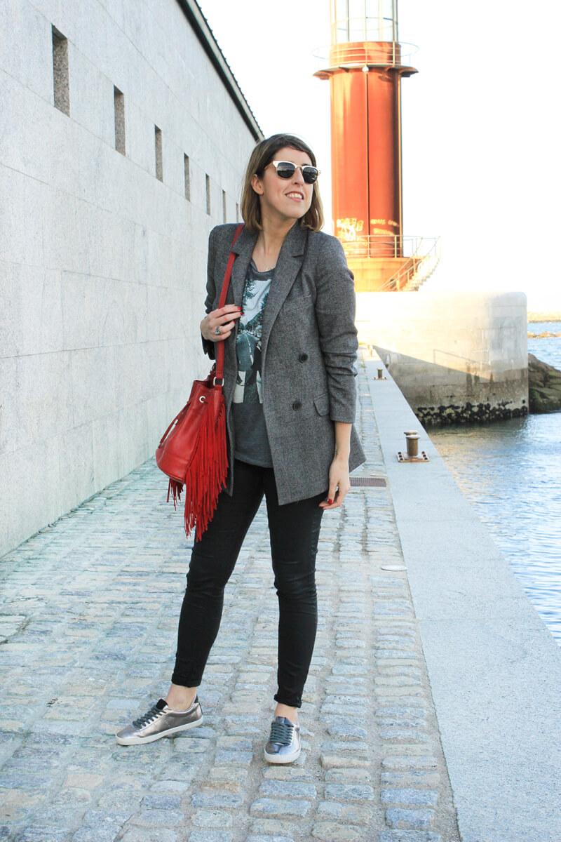blazer-gris-como-combinar-bolso-flecos-siemprehayalgoqueponerse-blog-moda-galicia