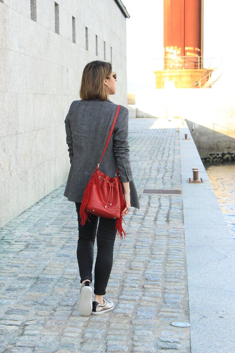 blazer-gris-tenis-plata-tira-negra-talon-bolso-flecos-bombonera-moda-tendencias-blog