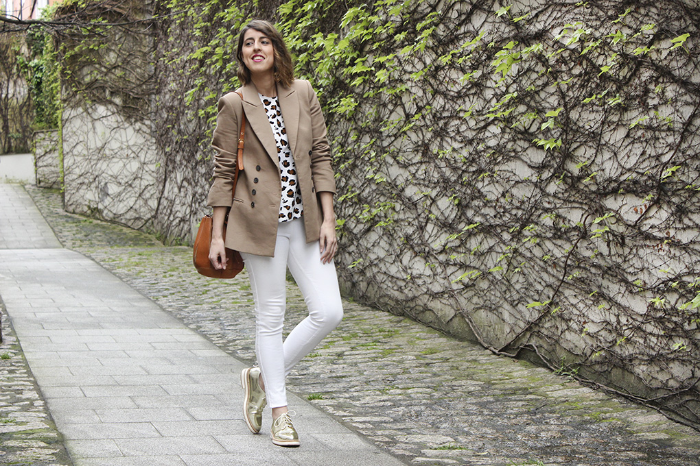 blog-moda-galicia-jeans-blancos-oxford-dorados-blazer-camel-blusa-animal-print