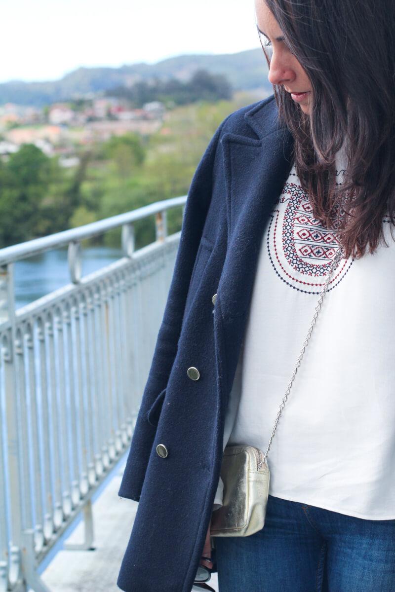 look-abrigo-marino-blog-moda-vigo-camisa-etnica