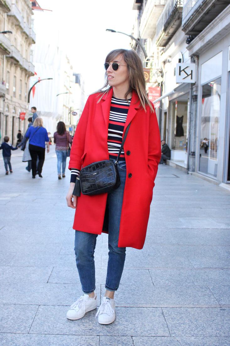 moda-en-vigo-street-style-look-abrigo-rojo-jersey-rayas-adidas-stan-smith-bolso-uterque