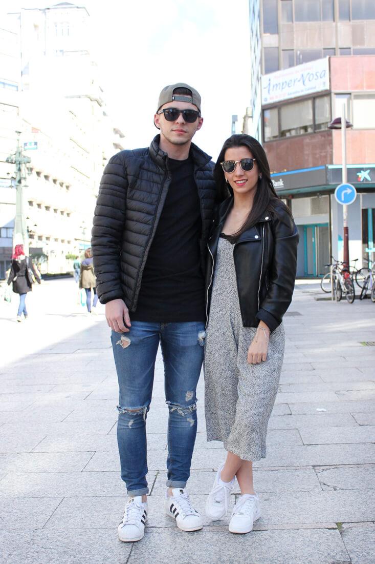 moda-vigo-pareja-con-estilo-perfecto-negra-mono-punto-superstar-blancas-denim-rotos