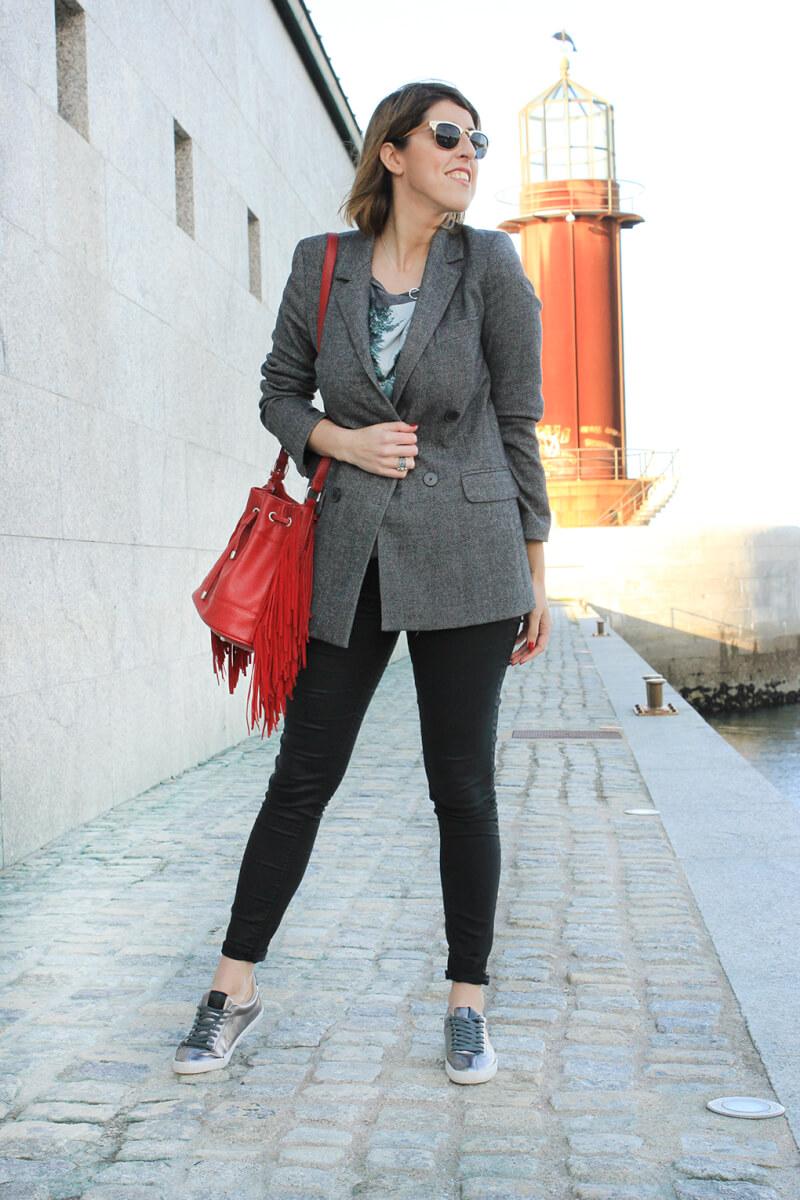 tenis-plata-como-combinar-pantalones-piel-negro-blazer-gris-americana-oversized-camiseta-beatles-bolso-flecos