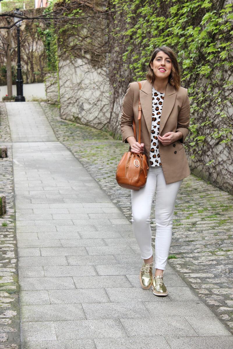 vaqueros-blancos-camisa-animal-print-blazer-camel-oxford-dorados-siemprehayalgoqueponerse-blog-moda