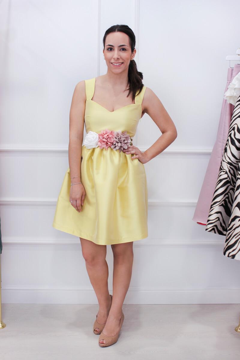 SABS-tienda-vestidos-de-invitada-de-boda-en-vigo-vestido-corto-amarillo-cinturon-flores-salones-nude