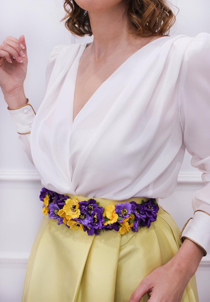 accesorio-invitada-boda-cinturon-flor-blusa-blanca-escote-cruzado-sabs-tienda-vigo