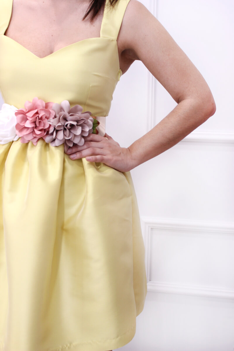 cinturon-flores-accesorsio-invitada-boda-vestido-corto-amarillo-SABS