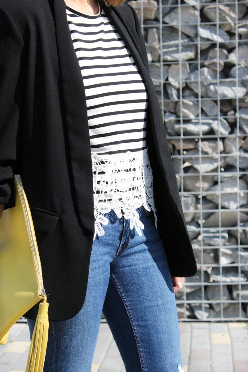 detalle-camiseta-encaje-guipur-rayas-zara-clutch-lacambra-piel-amarilla-pompon-blog-moda-tendencias