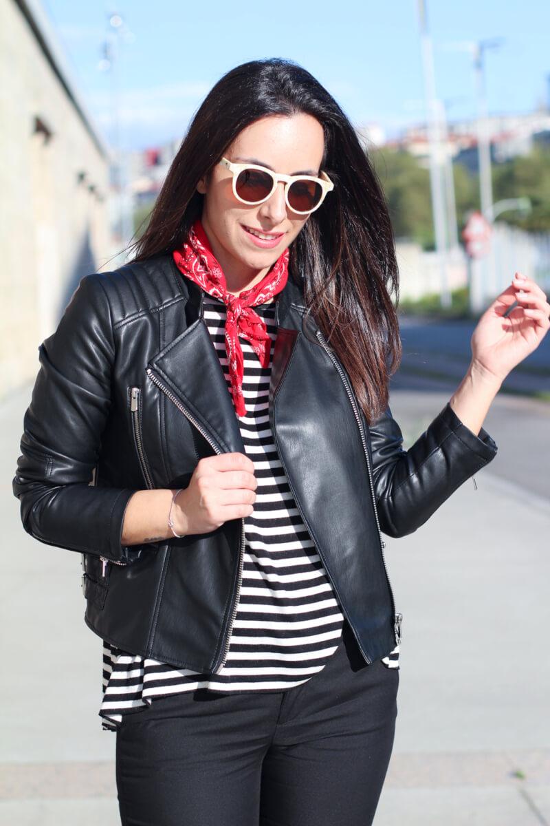 look-con-bandana-roja-street-style-rayas