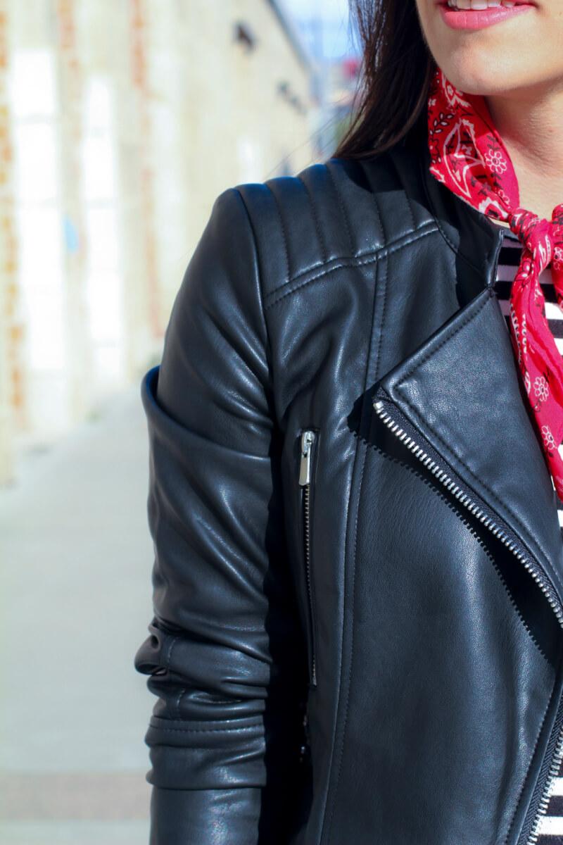 look-con-perfecta-piel-look-con-bandana-roja