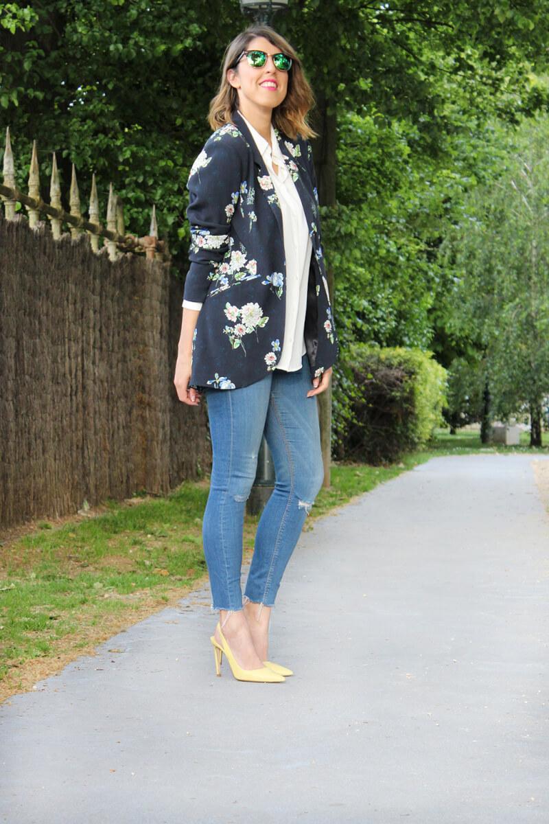 blazer-flores-como-combinarla-vaqueros-tacone-amarillos