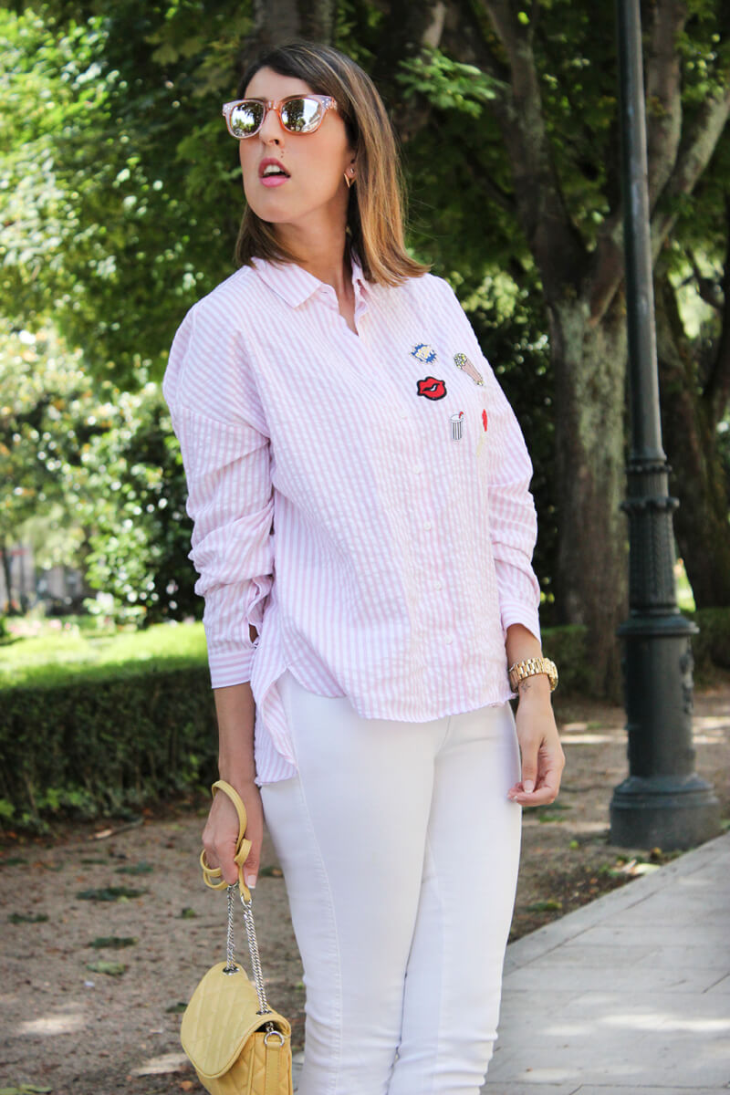 bolso-amarillo-acolchado-camisa-con-parches-rayas-rosas-zara-pantalones-blancos
