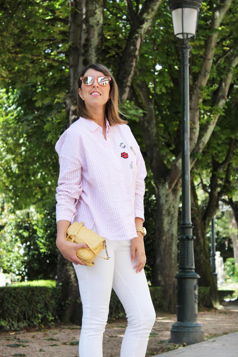 camisa-con-parches-dibujos-palomitas-beso-como-combinarla-vaqueros-blancos.bolso-amarillo
