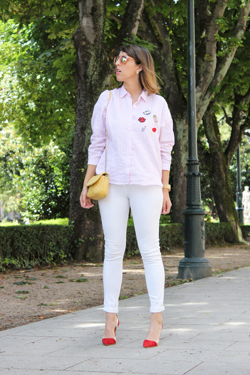 camisa-con-parches-rayas-rosa-zara-jeans-blancos-tacones-krack-lady-addict