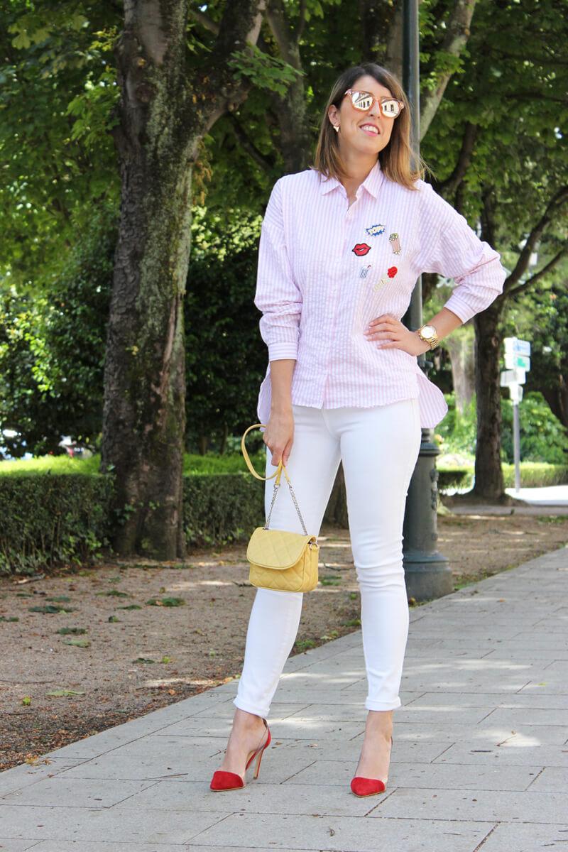 camisa-con-parches-zara-vaqueros-blancos-tacones-rojos-krack