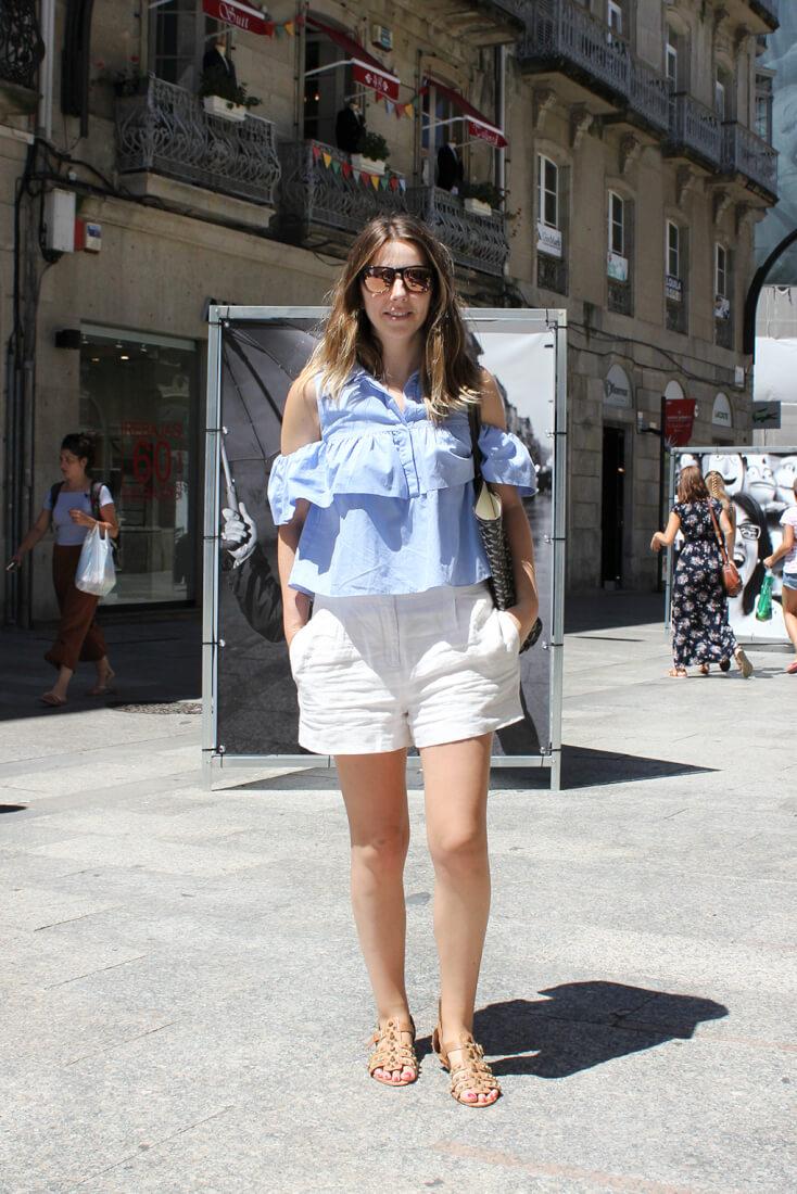 bermudas-blancas-camisa-sin-hombrera-azul-celeste-gafas-espejo-streetstyle-moda-en-las-calles-de-vigo