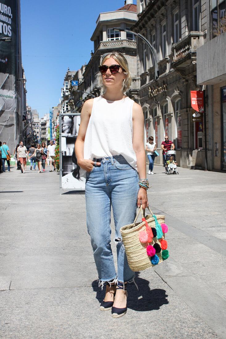 cesta-mimbre-vaqueros-blusa-blanca-alpargatas-moda-en-las-calles-de-vigo