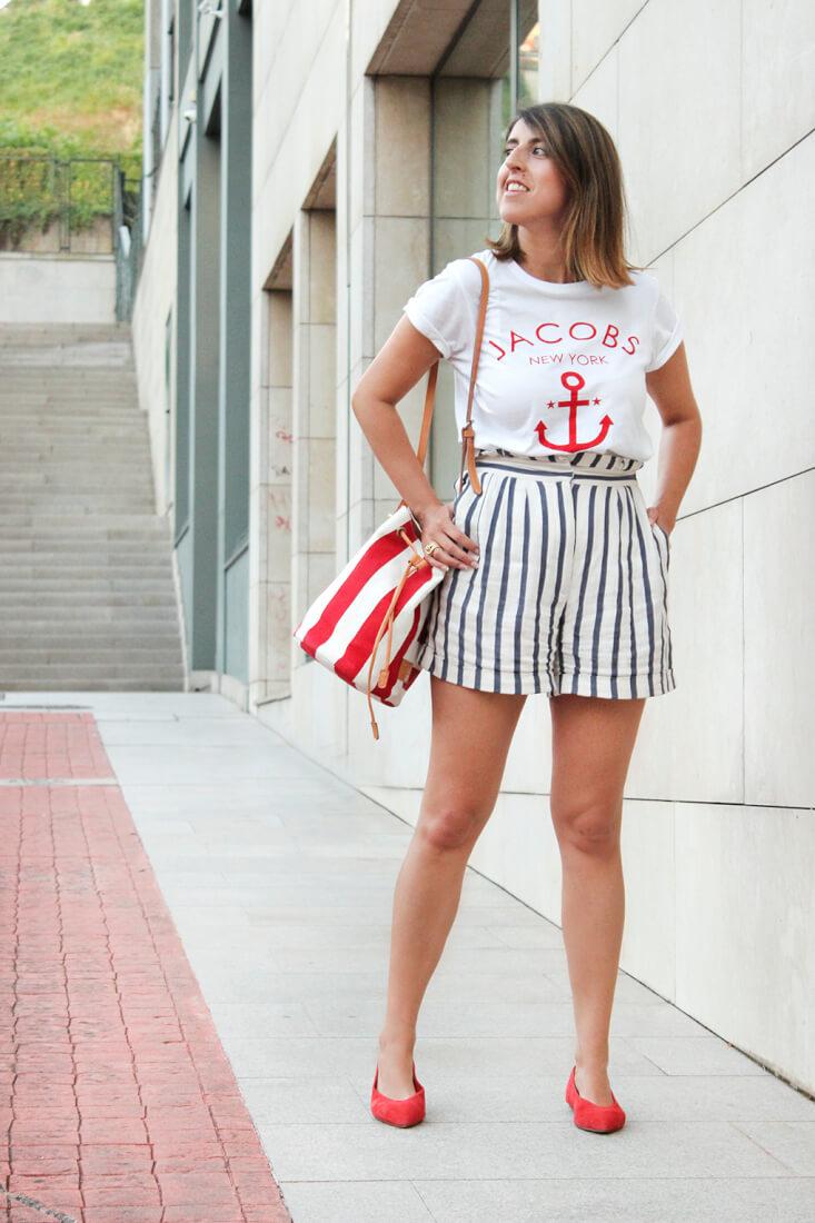 look-marinero-estilo-navy-camiseta-ancla-bermudas-de-rayas-zara-bailarinas-rojas