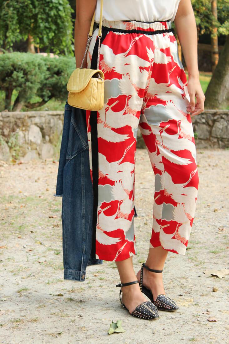 pantalon-pijama-como-combinarlo-cangrejeras-negras-tachuelas-zara-bolso-acolchado-amarillo-siemprehayalgoqueponerse