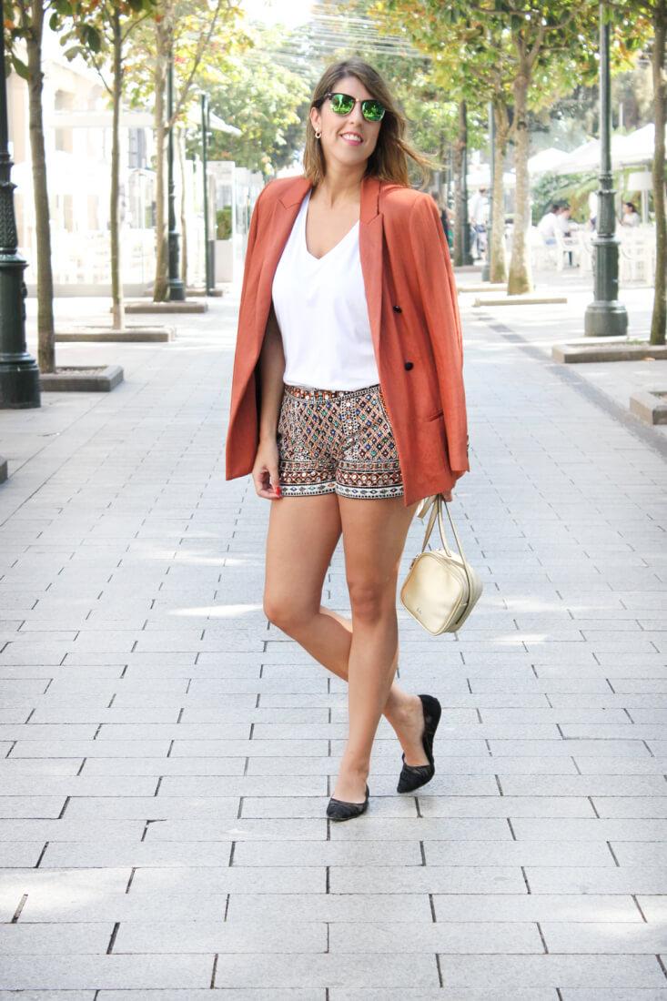 look-con-camiseta-blanca-shorts-bordados-zara-blazer-oversize-teja