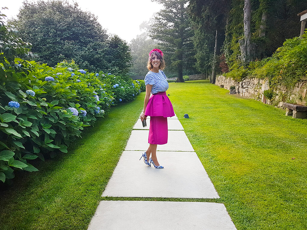 look-invitada-boda-falda-peplum-fucsia-top-rayas-tocado-flores-clutch-plata