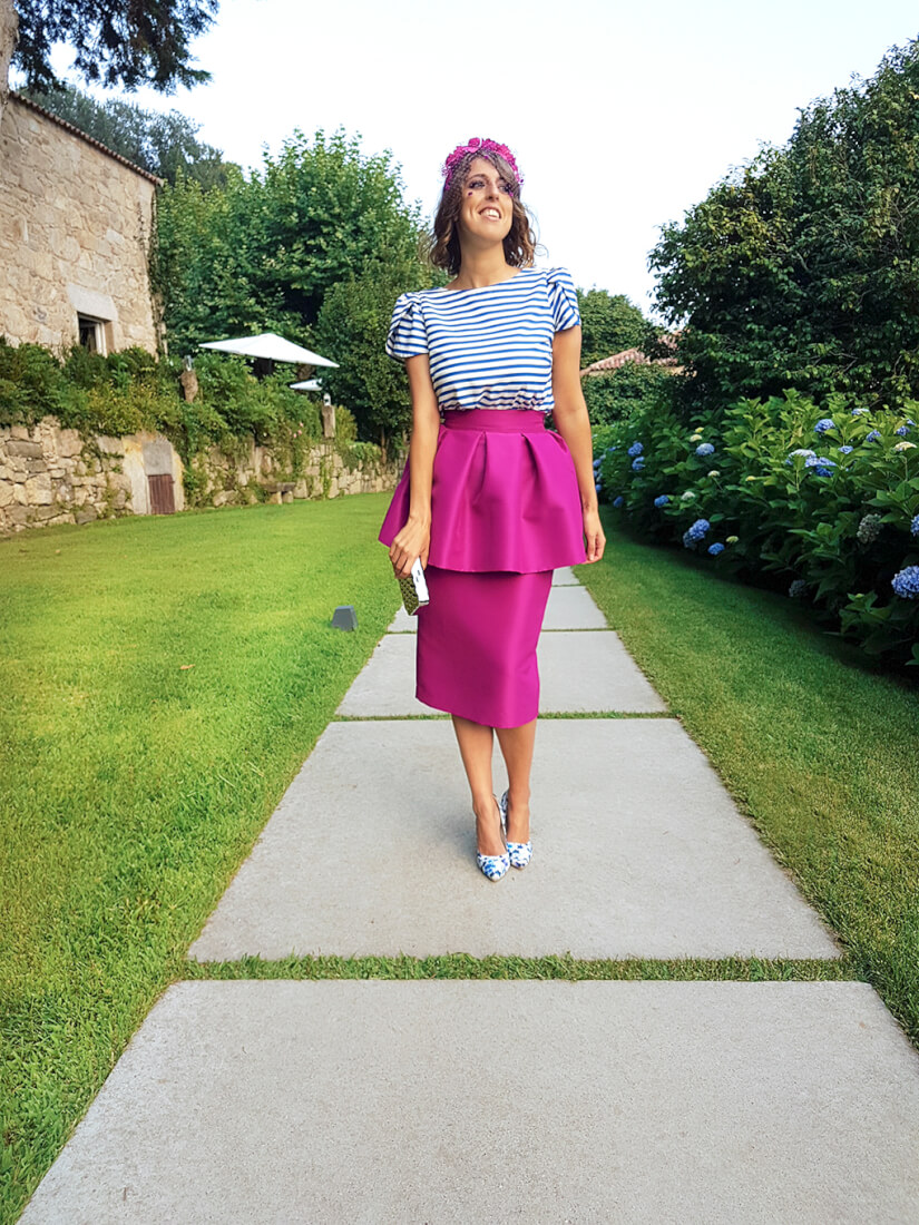 look-invitada-boda-verano-falda-peplum-fucsia-estampado-rayas-tacones-krack