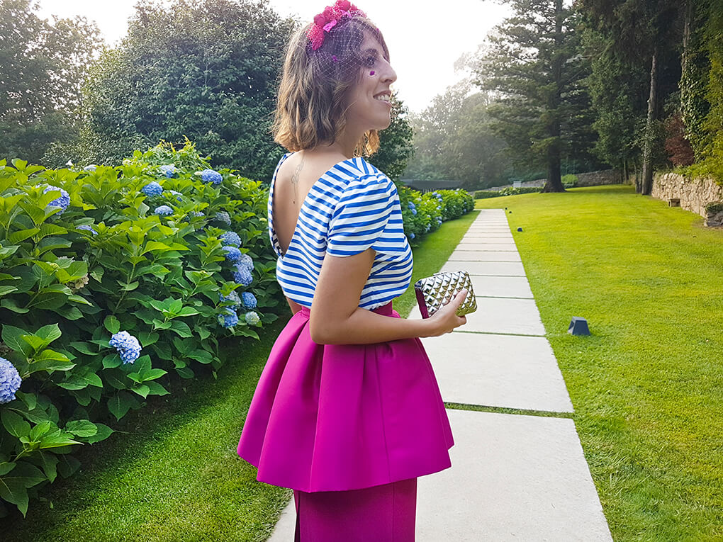 look-invitada-perfecta-escote-en-espalda-manga-tulipa-falda-peplum-diadema-flores