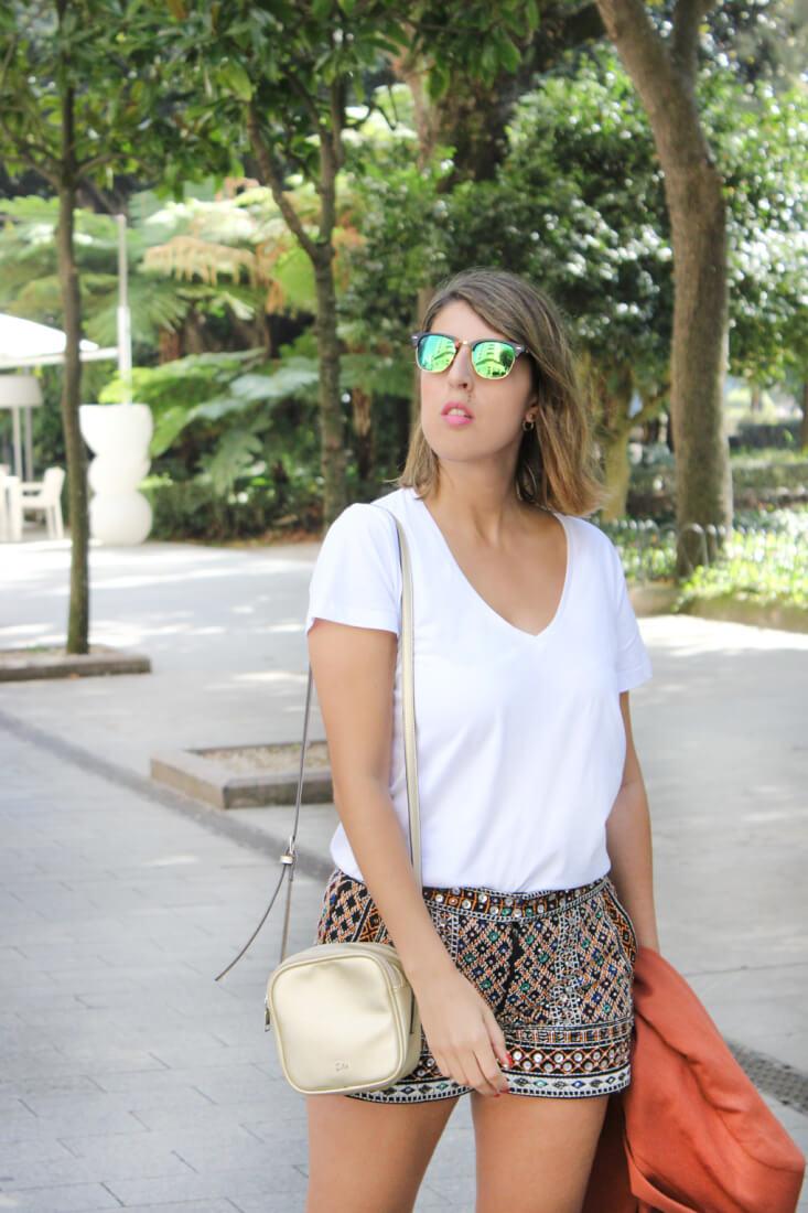 pendientes-hym-shorts-bordados-camiseta-blanca-gafas-espejo-bolso-dorado
