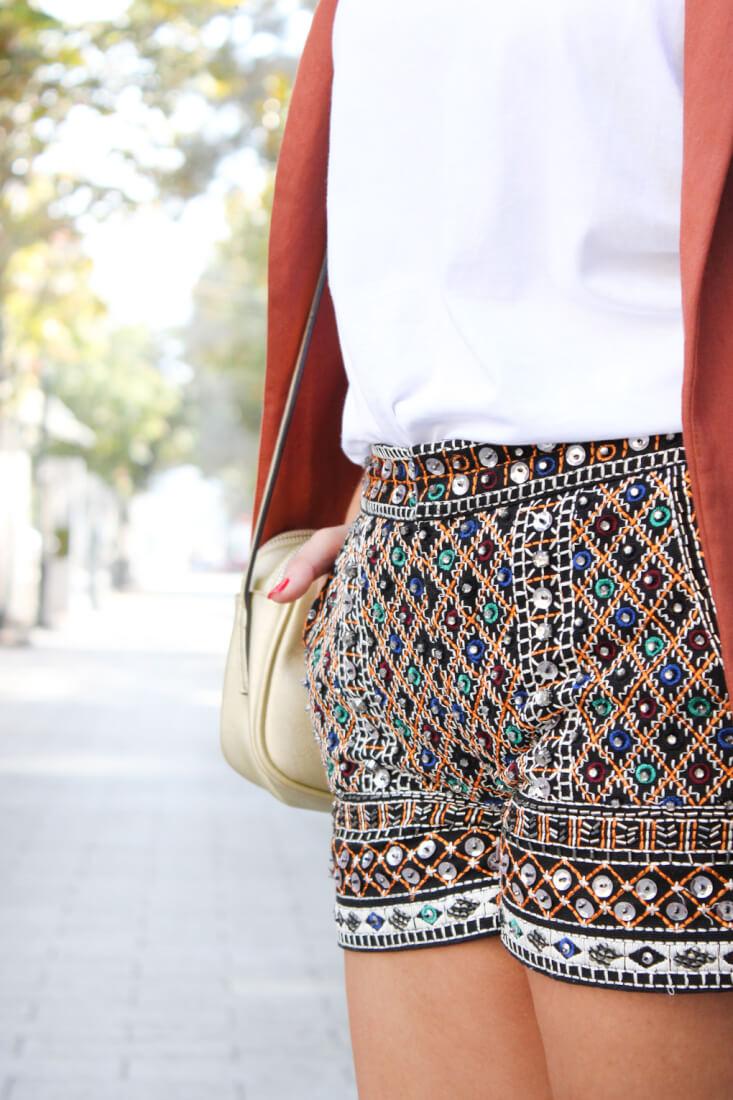 shorts-lentejuelas-tendencias-como-combinar-camiseta-blanca-americana-xl