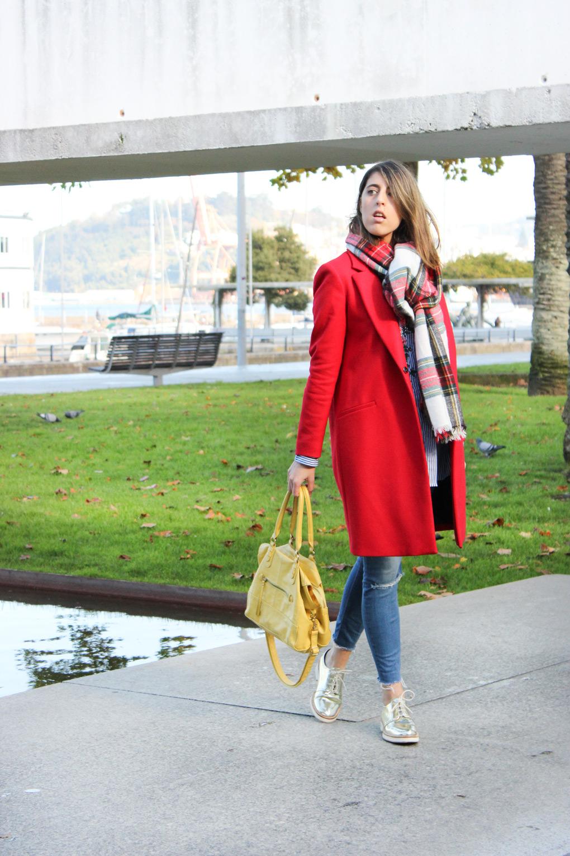 abrigo-corte-clasico-rojo-zara-camisa-bordada-maxi-bufanda-cuadros-siempre-hay-algo-que-ponerse