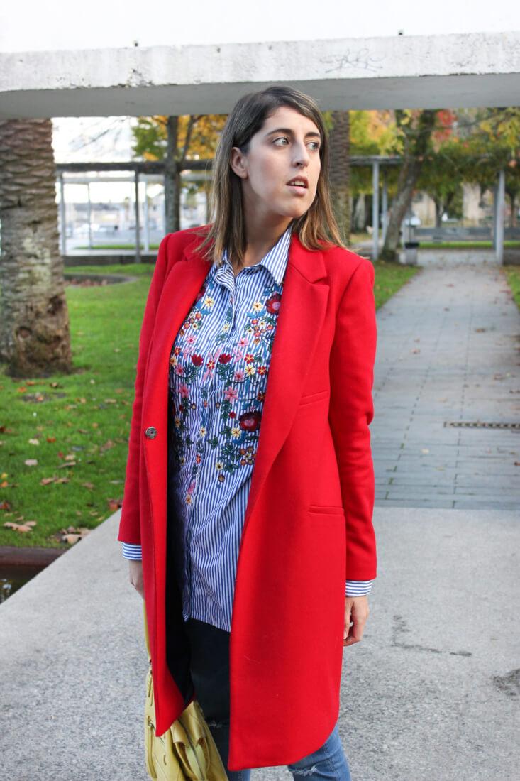 abrigo-rojo-camisa-rayas-flores-blog-moda-vigo