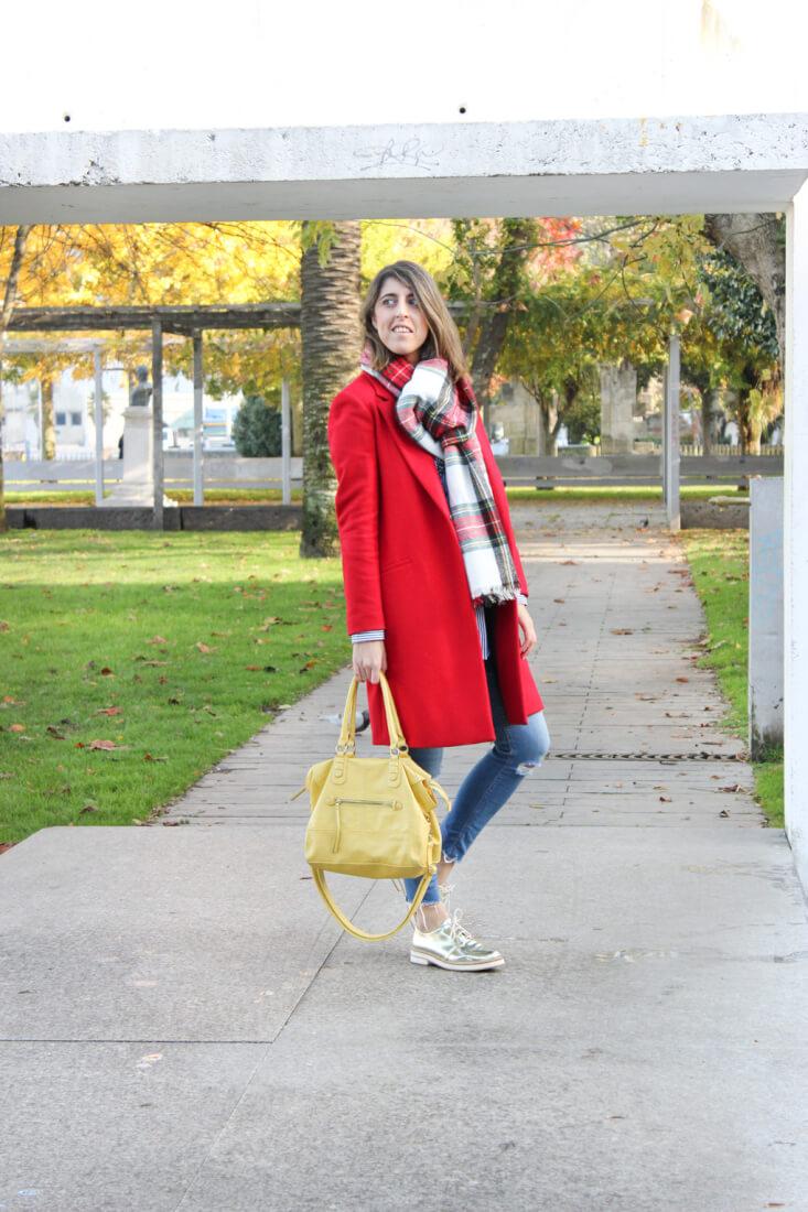 abrigo-rojo-maxibufanda-cuadros-camisa-bordada-look
