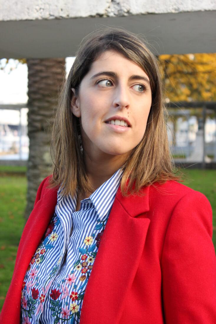camisa-bordada-abrigo-rojo-look-moda-siemprehayalgoqueponerse