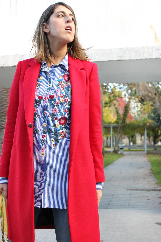 camisa-bordada-floral-rayas-abrigo-rojo-blog-moda