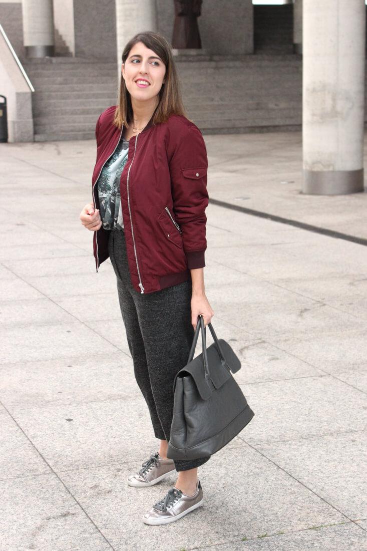 chaqueta-burdeos-zara-maxi-bolso-gris-look-pantalon-cropped