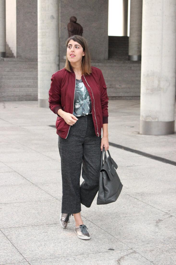 outfit-streetstyle-pantalon-cropped-gris-blog-moda-vigo-bomber-granate